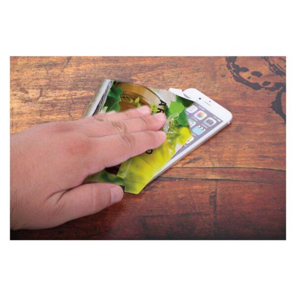limpieza de pantalla de smartphone con trapito